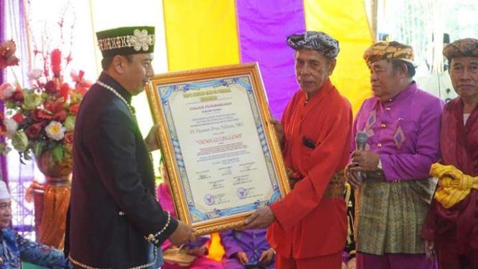 Bupati Hamim Pou saat menerima Gelar Adat (Pulanga)