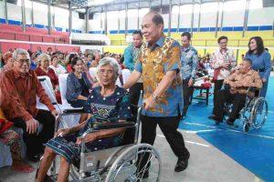 Walikota Bitung berikan bantuan kursi roda untuk lansia