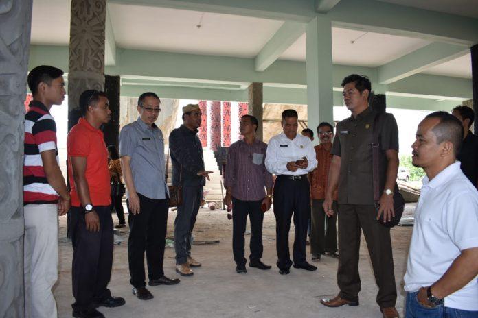 Mendapat Aduan Warga, Komisi B DPRD Sintang Sidak Pembangunan Rumah Betang