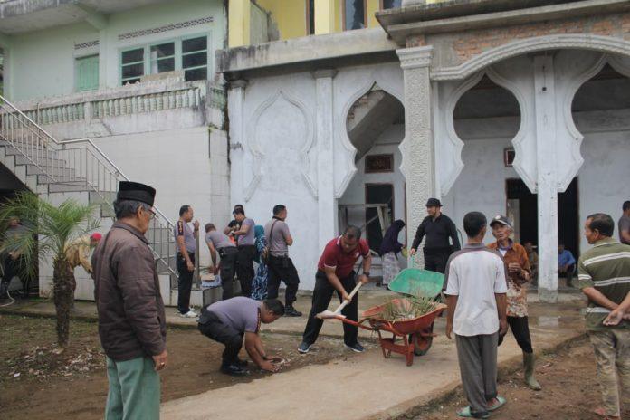 Polres Bukittini Bersihkan masjid bersama Warga