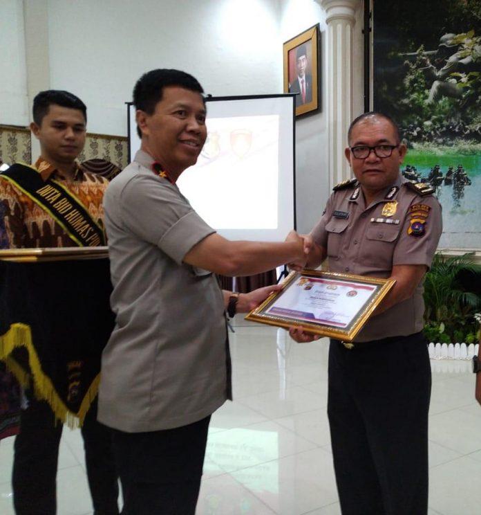 Kasubag Humas Polres Bukittinggi menerima penghargaan dari Wakapolda Sumatra Barat