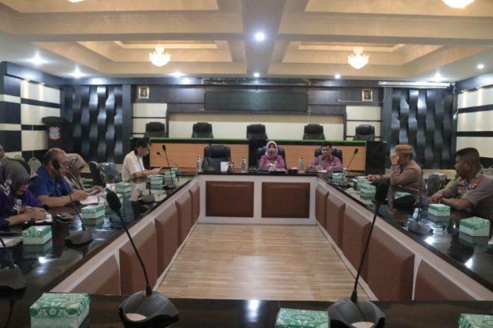 Sekda Kabgor Hadijah Thaib saat memimpin rapat evaluasi penyaluran sembako di Kabupaten Gorontalo