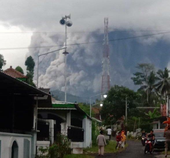 Gunung Semeru Meletus Semburkan Debu Vulkanik