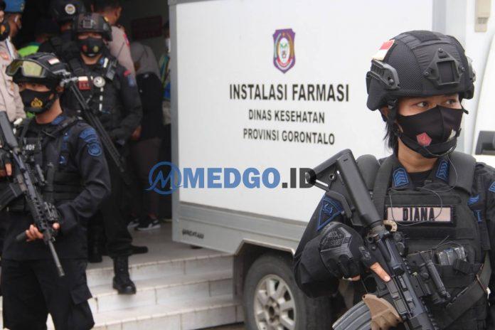Regu Satbrimobda Gorontalo saat mengamankan vaksin