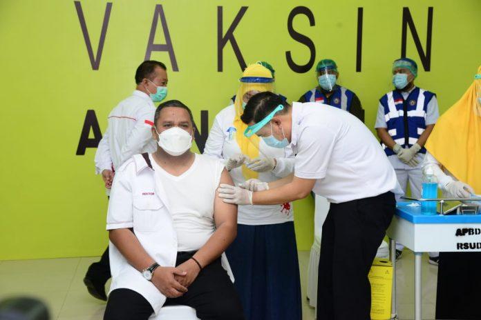 Rektor UNG saat di vaksin