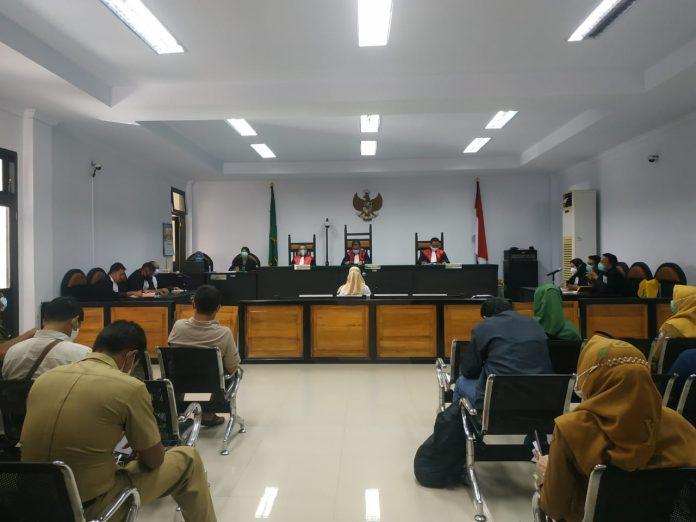 Usai Menghadiri Sidang Korupsi GORR, Adhan Dambea : Tak Logis Hanya AWB Pejabat Yang Dijerat Hukum