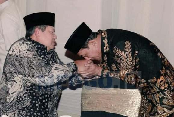Mayor Lawan Jenderal dan Ciuman Tangan Moeldoko ke SBY