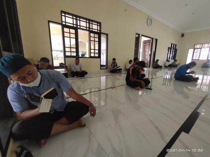 Raih Keutamaan Ramadhan, Personil Polda Gorontalo Giatkan Membaca Qur'an