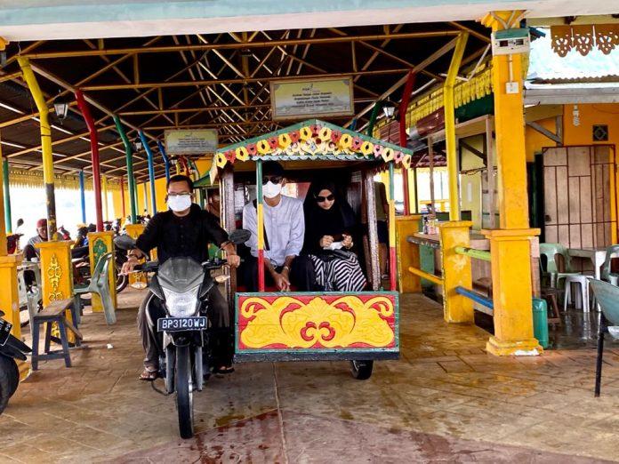 UAS Bersama Istri ke Pulau Penyengat
